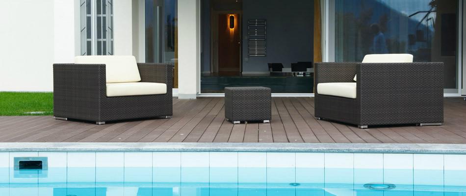 Außenbereich mit Swimmingpool und Sitzecke