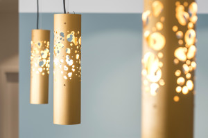Lichtdesign mit goldenen Lampen